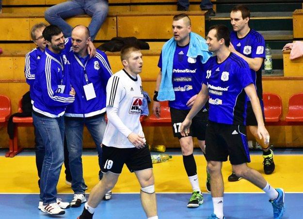 Vľavo radosť trénera Jána Kolesára a Františka Šulca, ktorý nenastúpil pre zranenie.