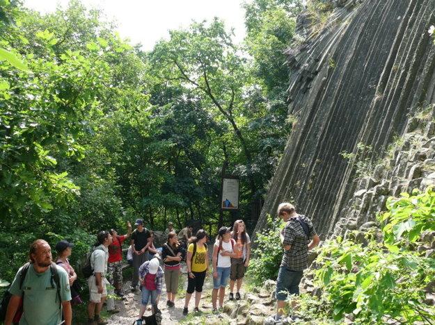 Kamenný vodopád pod hradom Šomoška.