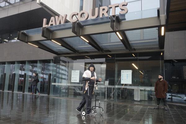 Tarrant sa na súde v Christchurchi zúčastnil prostredníctvom telemostu z väznice.