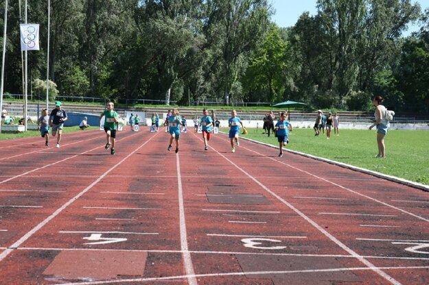 Takto šprintovali najmenší adepti atletiky na tartanovej dráhe novozámockého štadióna na Sihoti.