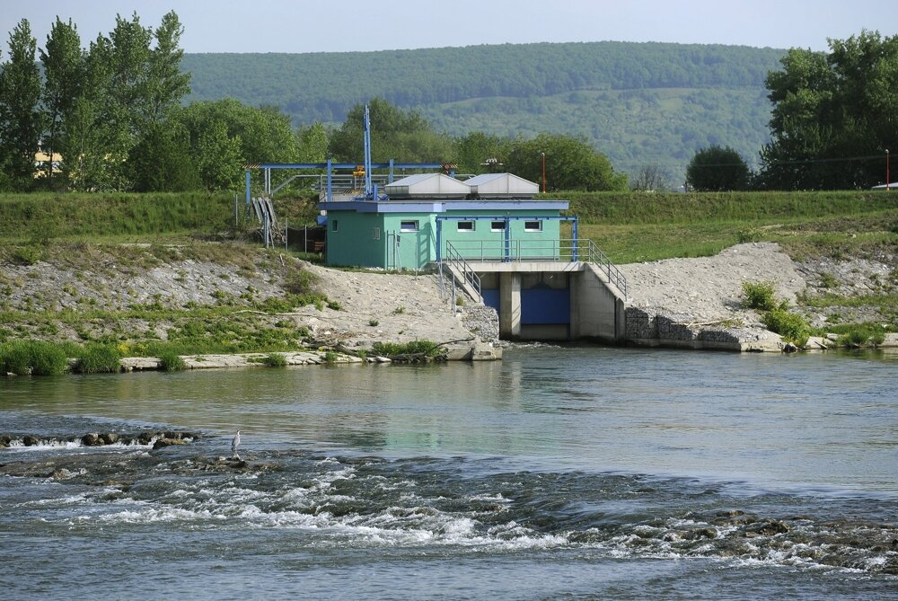 Niekoľko stoviek metrov pod stavidlami vTrenčianskych Biskupiciach vyrastie ďalšia malá vodná elektráreň. Podľa ochranárov zabráni migrácii rýb.