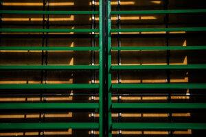 Pohľad do vnútra jedného z veľkých kontajnerov Global Thermostat, ktorý používa veľké ventilátory na ťahanie vzduchu cez dosky z keramických dosiek.