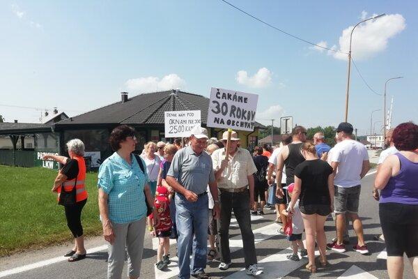 Jabloničania zablokovali dopravu v obci na 20 minút.