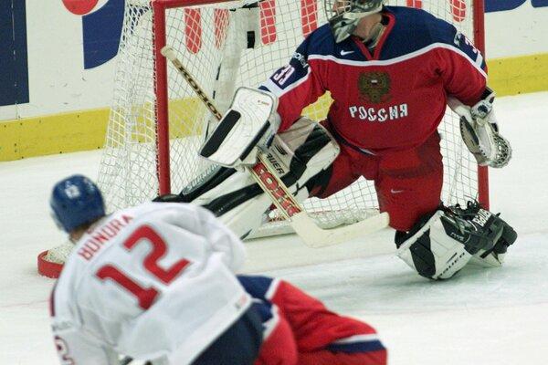 Maxim Sokolov inkasuje gól od Petra Bondru na MS v hokeji 2002.