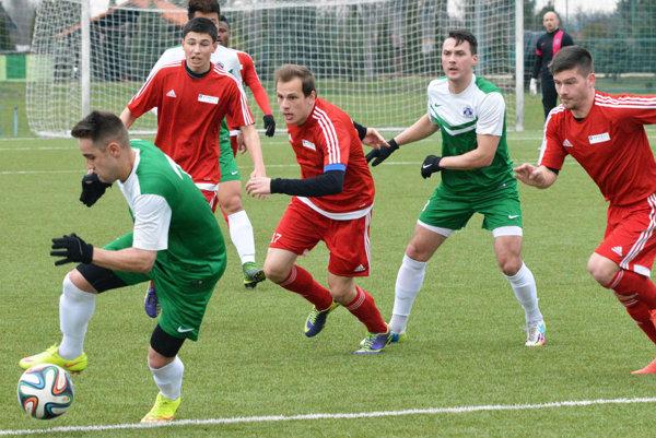 Futbalisti Nededu (v červenom) hrali proti Nemšovej vsobotu na umelej tráve vŠali. Hostia zvíťazili 3:0.