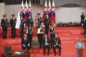 Prezidentka SR Zuzana Čaputová (vpravo) počas prejavu po zložení sľubu predpísaného Ústavou SR do rúk predsedu Ústavného súdu SR Ivanovi Fiačanovi (druhý vpravo), tretí vpravo predseda NR SR Andrej Danko a bývalý prezident SR Andrej Kiska na slávnostnej schôdzi NR SR v budove Slovenskej filharmónie.