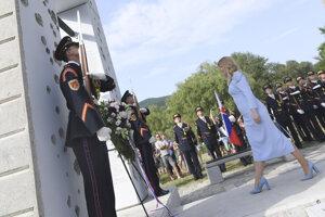 Čaputová počas kladenia venca k pamätníku Brána slobody pod hradom Devín.