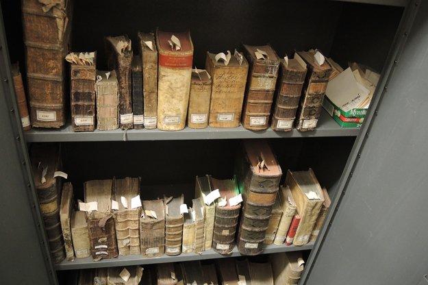 Vzácne knihy sú v špeciálnej skrini.