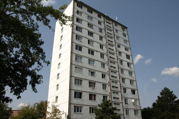 Problémová bytovka na Námestí republiky v Nových Zámkoch.