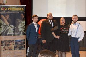 O hudbu vo filme sa postarala aj Ľudová hudba Štefana Cínu.