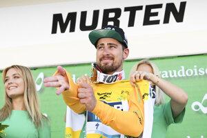 Peter Sagan z tímu Bora-Hansgrohe si oblieka žltý dres vedúceho pretekára.