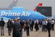 """Návštevníci kráčajú okolo cargo lietadla Boeing 737-800 BCF Amazon """"Prime Air"""" na dráhe letiska počas 53. ročníka medzinárodnej leteckej šou Paris Air Show na letisku v Le Bourget pri Paríži."""