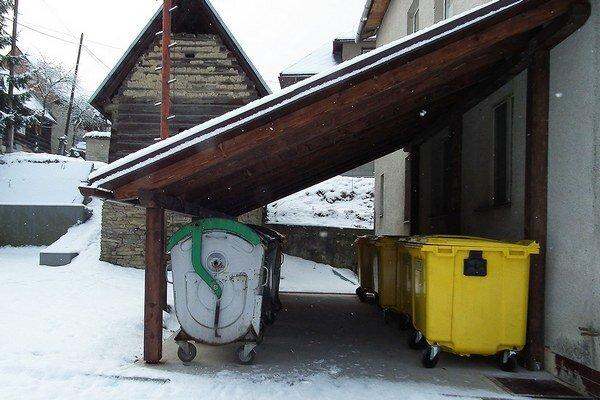 Kontajnery na triedený zber stáli v strede dediny.Samospráva im našla nové miesto.