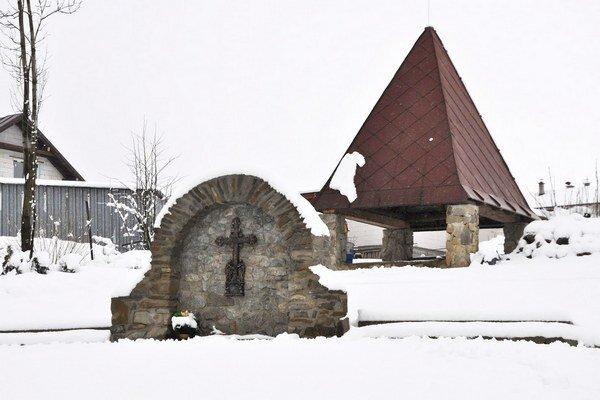 Za krížom morového cintorína je stará kostolná veža.