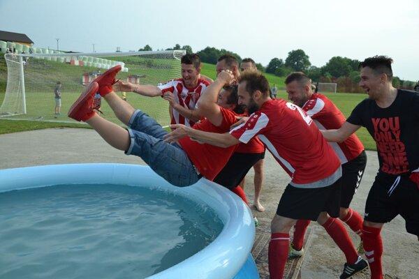 Pri oslave postupu skončil tréner Ľubomír Žiaček v bazéne.