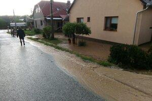 Voda tečie ulicami Spišského Hrušova.