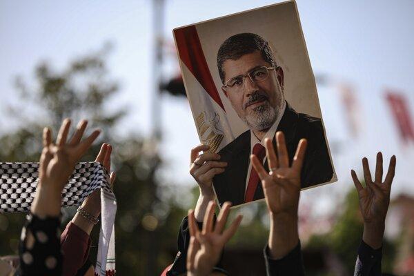 Egyptský exprezident Mursí na portréte v rukách priaznivcov.