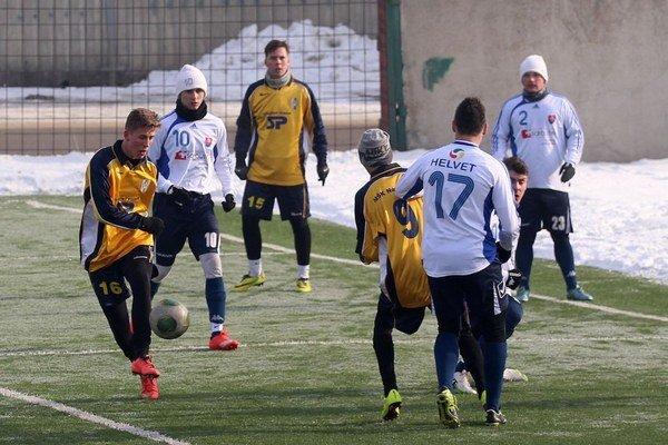 Futbalisti Námestova (v žltých dresoch) sa po prehre s Liptovským Mikulášom vrátili na víťaznú vlnu.