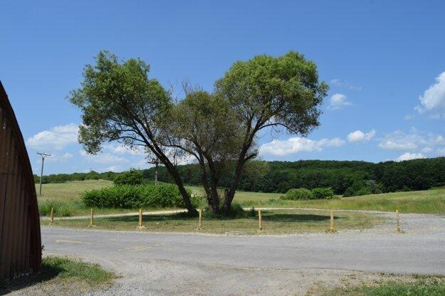 Plochu momentálne chráni improvizovaný plot.