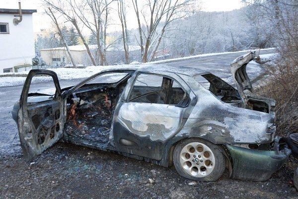 Vyhorený vrak auta.