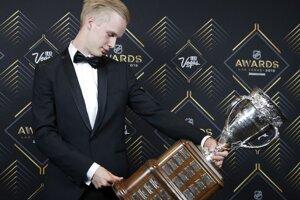 Nováčikom roka sa stal hráč Vancouveru Canucks Elias Pettersson. Dvadsaťročný Švéd získal Calder Memorial Trophy.