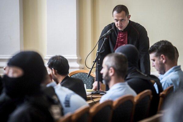 Odvolací súd s obvinenými prevádzačmi.