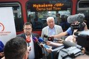 Generálny riaditeľ ZSSK F. Hubocký (vľavo) a minister dopravy Árpád Érsek počas vypravenia vlaku do Mukačeva.