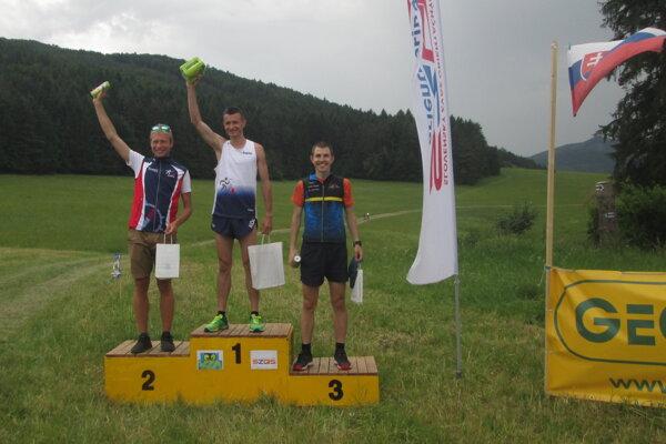 Stupeň víťazov na pretekoch v Lietave: zľava druhý Jonáš, víťazný Dávidík a tretí Krajčík.