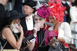 """Návštevníčky Royal Ascot s klobúkomi počas tretieho dňa, ktorý je """"Dňom dám""""."""
