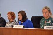 Pracovať na úrade pod vedením Eriky Jurinovej sa oplatí. Vie to aj Miriam Šuteková (vľavo).