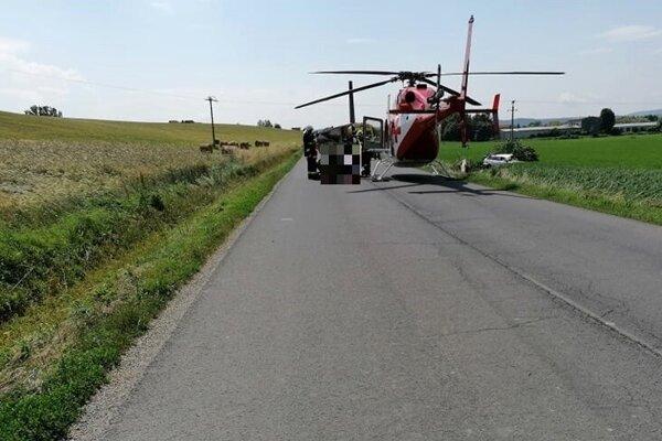 Mladšieho účastníka nehody museli prevziať leteckí záchranári do nemocnice v Banskej Bystrici.