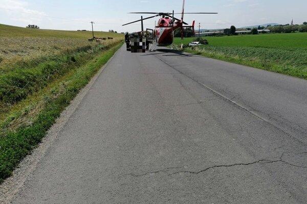 Vrtuľník zosadol priamo na ceste.