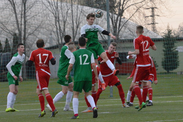 Futbalisti Nemšovej (v zelenom) vyhrali v Nedede.