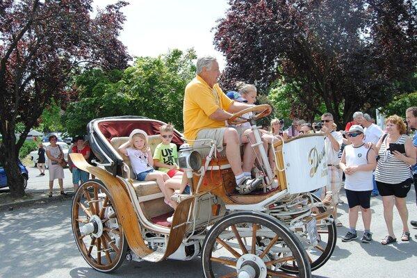 Pavel Kantonin rád povozil deti na elektromobile Dora.