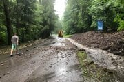 Voda na cestu na Skalku vyplavila zeminu aj skaly z priľahlého svahu.