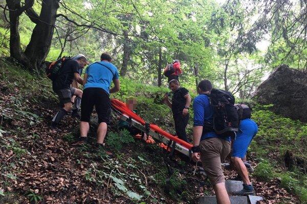 Záchranári pomáhali turistke so zranením členka.