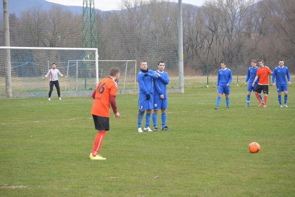 Zamarovce (v oranžovom) vyhrali nad Veľkými Bierovcami/Opatovcami.
