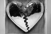 Oficiálny obal albumu Late Night Feelings vystihuje ambíciu tancovať so zlomeným srdcom.
