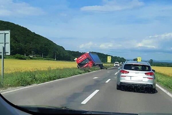 Kamión skončil v poli.