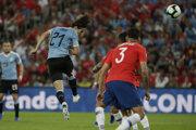 Edinson Cavani strieľa gól do brány Chile.