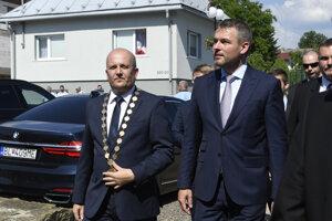 Predseda vlády SR Peter Pellegrini, vľavo primátor mesta Stropkov Ondrej Brendza.