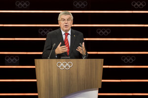 Prezident Medzinárodného olympijského výboru (MOV) Thomas Bach reční počas druhého dňa 134. zasadnutia MOV vo švajčiarskom Lausanne 25. júna 2019.