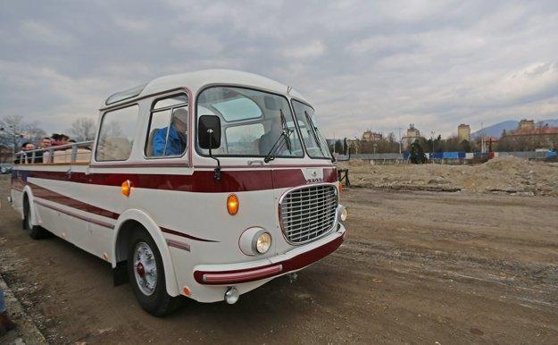 Poklopanie základného kameňa malo aj historický nádych v podobe starého autobusu.