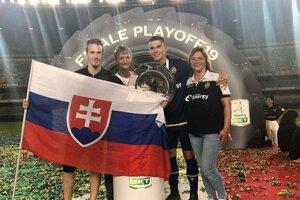 Ľubomír Tupta (druhý sprava) slávi postup do najvyššej talianskej súťaže. Spolu s mamou Jaroslavou, otcom Ľubomírom st. a talianským fanúšikom, ktorého srdcovkou je Slovensko.