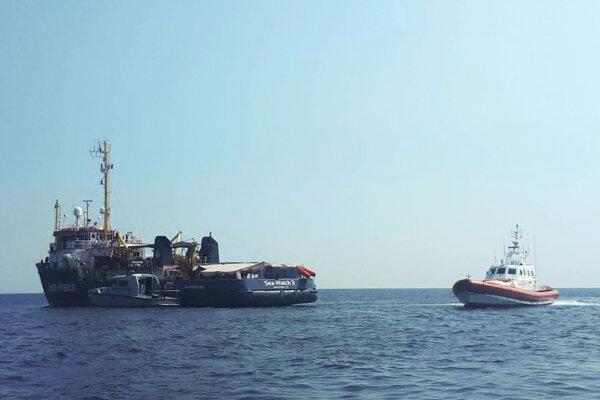 Loď Sea-Watch 3 nemeckej charitatívnej organizácie s migrantmi na palube vplávala v noci na sobotu do prístavu na talianskom ostrove Lampedusa.