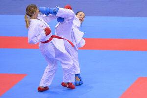 Slovenská reprezentantka v karate Miroslava Kopúňová (vpravo) bojuje proti Irine Zareckej z Azerbajdžanu.