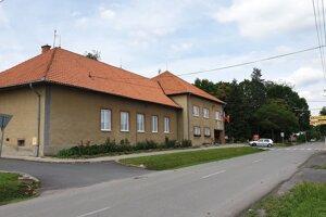 Obecný úrad a hlavná ulica v Buzitke.