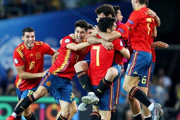 Futbalisti Španielska oslavujú triumf vo finále ME vo futbale do 21 rokov.