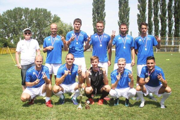 Mužstvo vrábeľskej firmy Švec a spol. vyhralo po halovej akcii aj letný turnaj.
