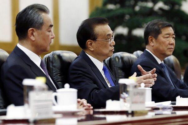 Čínsky premiér Li Kche-čchiang (uprostred).